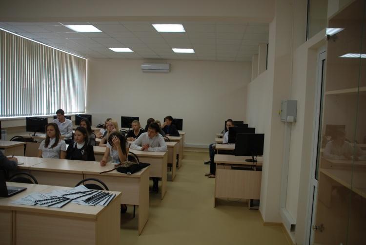 Школьники в фаблабе Вектор